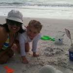 Leal and me playing with the sand (Leal y yo jugando con la arena)